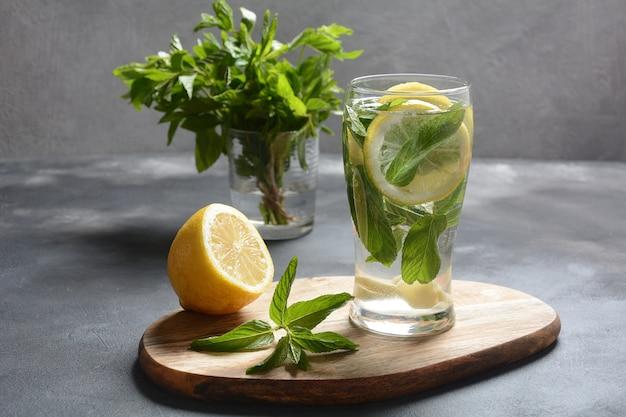 レモンとフレッシュミントの冷たいレモネード