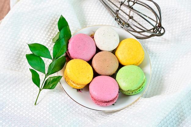 フレンチケーキの小さなトップビュー。甘くてカラフルなフランスのマカロン。