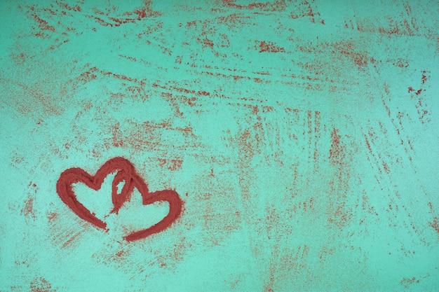 緑色の背景で赤いハート。聖バレンタインデー