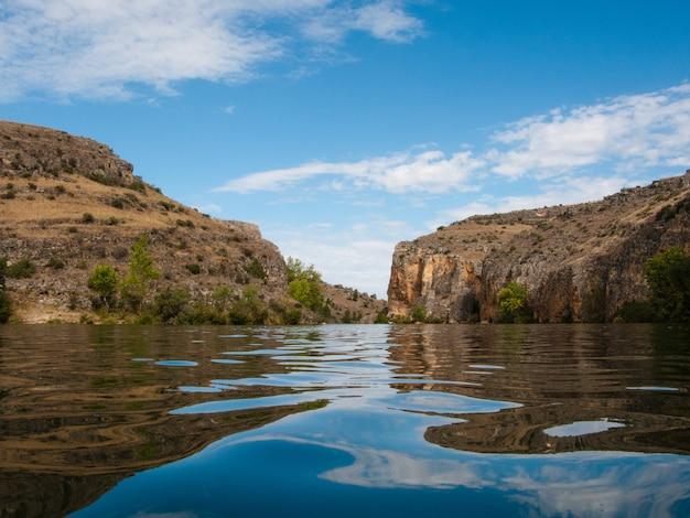 峡谷を渡る川の風景の水位で表示します。