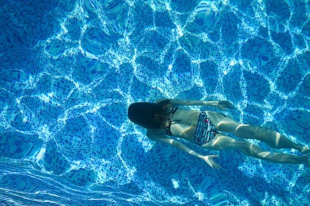 プールで泳いでいる女性