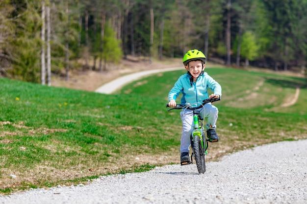 子供は彼の自転車を楽しむ