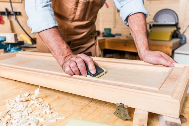 Деталь плотника на работе