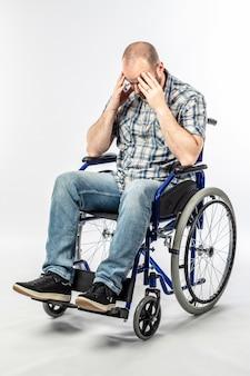 Инвалид в отчаянном и грустном инвалидном кресле