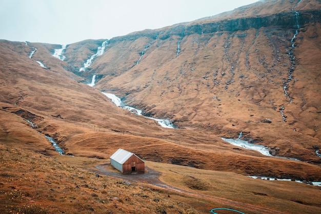 農村地域の山々と滝