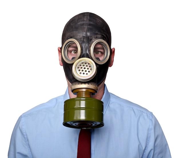白のマスクを持つ男