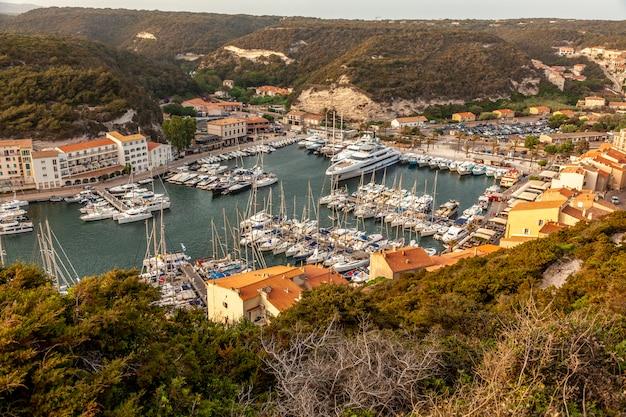 Бонифачо на корсике, гавань с лодками. средиземноморская франция.