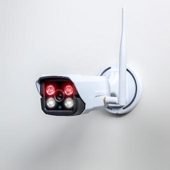 Беспроводная камера видеонаблюдения на белом