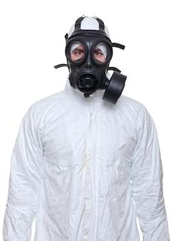 白で隔離される防毒マスクを持つ男