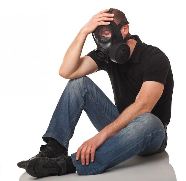 防毒マスクを持つ男