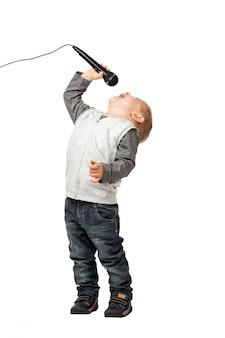 Молодой певец