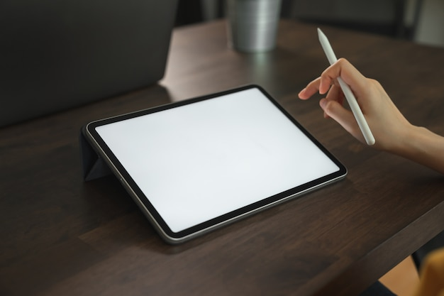 Макет руки женщины, проведение цифровой планшет и трогательно пустой экран.