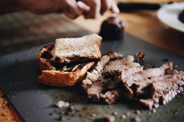 ぼやけたローストビーフ、コーン、テーブルで提供されるパン。