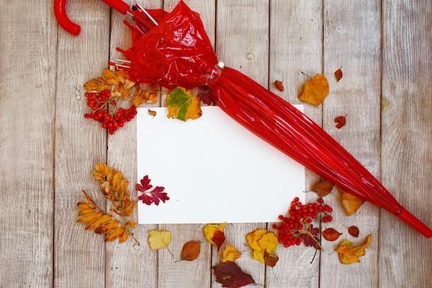 Осенняя композиция с желтыми и красными листьями и ягодами