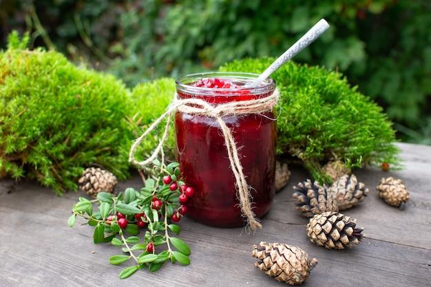 赤い果実ジャムと緑の苔