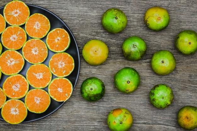 木の板にスライスオレンジフルーツのトップビュー