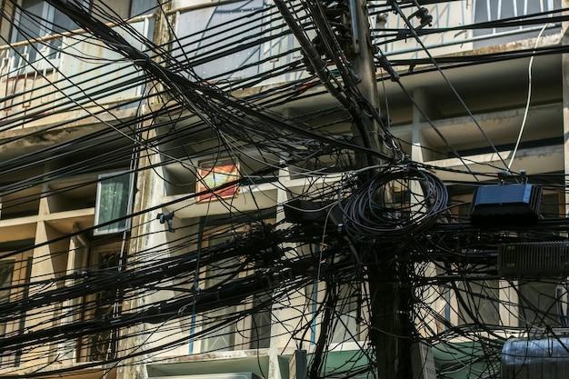 タイ、バンコクの電柱のケーブルとワイヤのカオス