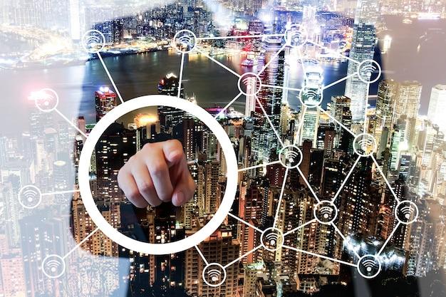 画面、ワイヤレス接続の概念上のビジネスマンポイントの二重露光