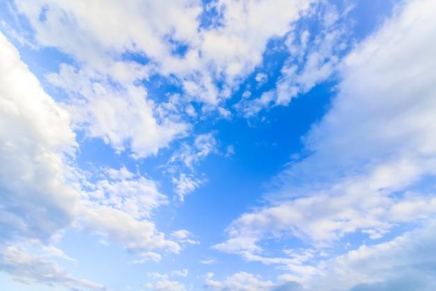 澄んだ青い空と雲