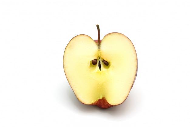 孤立した赤いリンゴのスライス