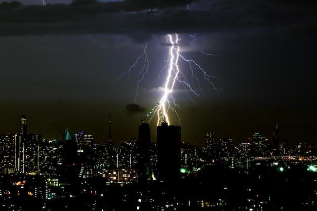 水平方向の空と街並みに劇的な雷嵐稲妻
