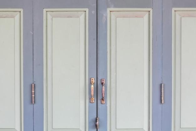 古い古典的なタイ風閉じるビンテージ木製ドア