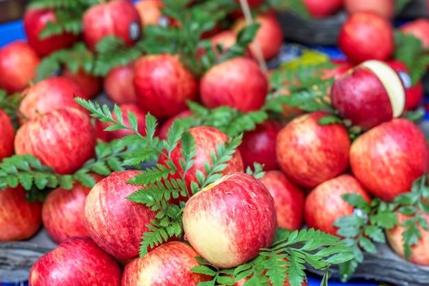 市場での販売のための美しいリンゴ果実を閉じる
