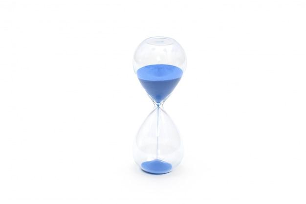 Голубые часы с песком на белом фоне