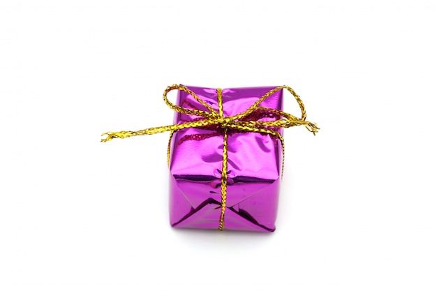 ゴールドリボン弓、白で隔離される紫のクリスマスギフトボックス