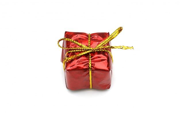 ゴールドリボン弓、白で隔離される赤いクリスマスギフトボックス