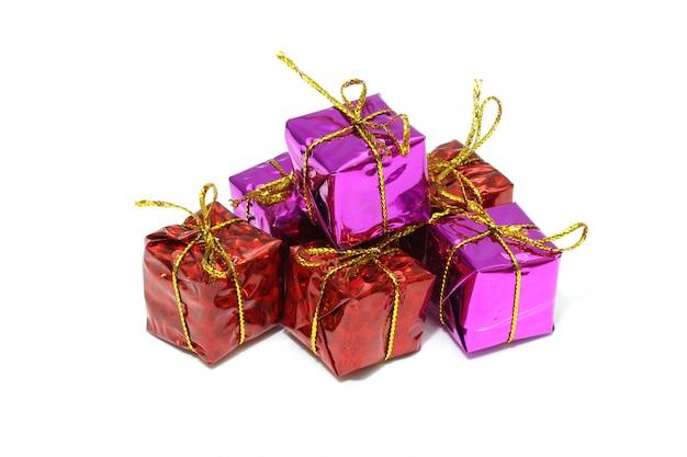 ゴールドリボン弓、白で隔離されるクリスマスギフトボックスのセット