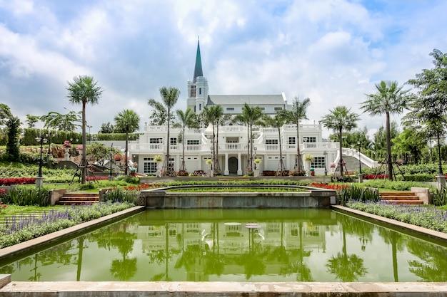 Красивый сад в английском отеле кенсингтон
