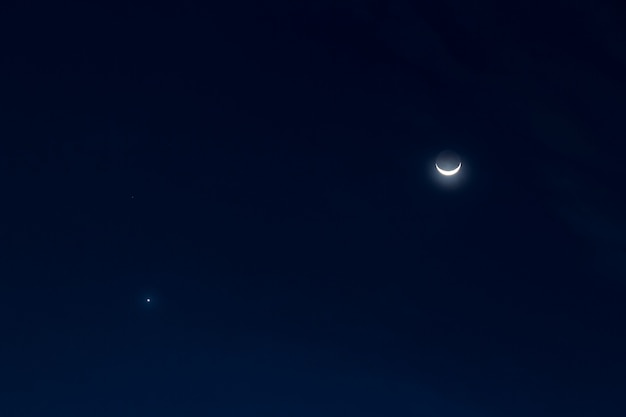 夜の半月と星空