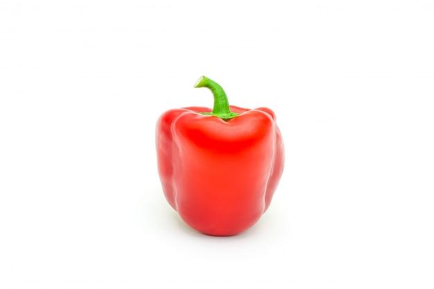 Зеленый, желтый и красный свежий болгарский перец или паприкой изолированы.