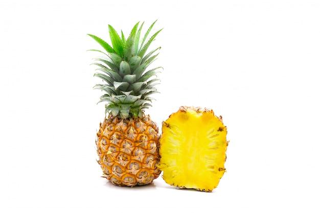 Изолированный нарезанный ананас