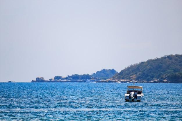 Парусник, скоростной катер, яхта на море