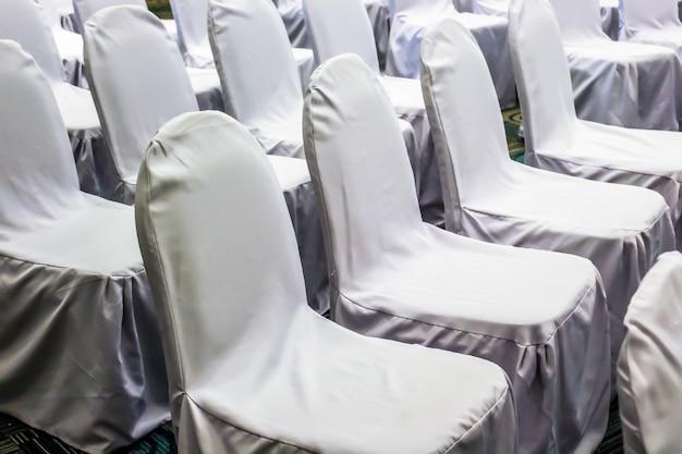 Закройте белые стулья настроить линию для семинара