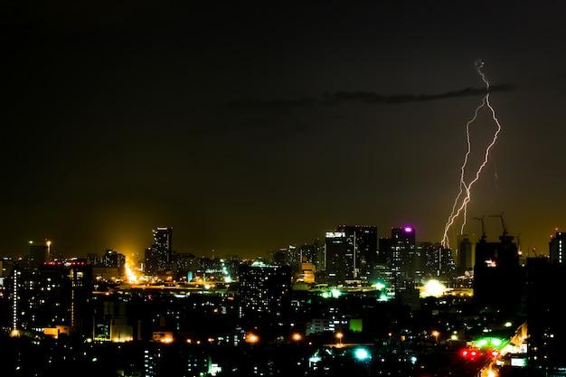 夜の街で劇的な雷雨