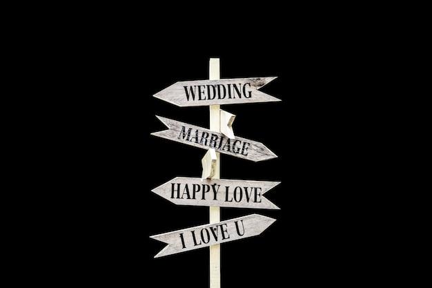 黒い表面に孤立した結婚式のサイン