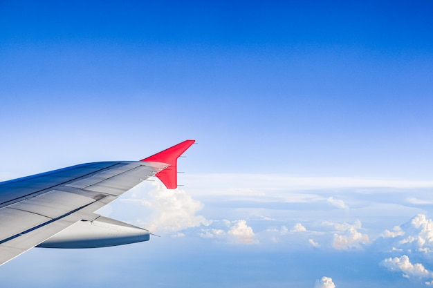 航空機の窓から見た空と雲