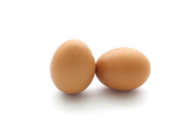 Близкое яичко изолированное вверх по белизне