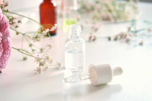 代替医療。薬効があるハーブの葉、白い背景の上の瓶。