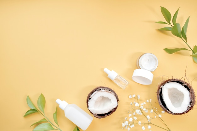Органическая косметика с кокосом. вид сверху. копировать пространство