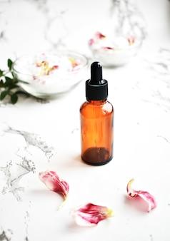 大理石のテーブル、オーガニック製品、代替医療の化粧品の空のボトル。上面図。