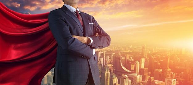 ビジネスの男性が大きな石を丘の上まで押し上げる、ビジネスの重いタスクと問題の概念。