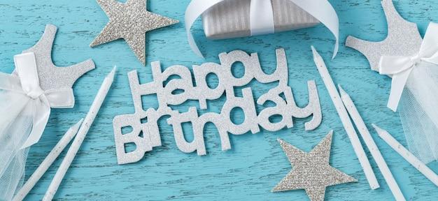 青い木製のテーブルの誕生日パーティーアクセサリー