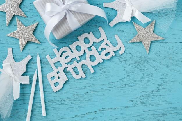 青い木製の背景に誕生日パーティーアクセサリー