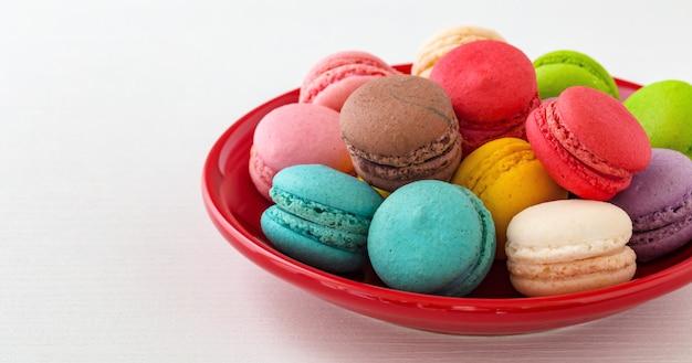 Миндальное печенье на красной тарелке
