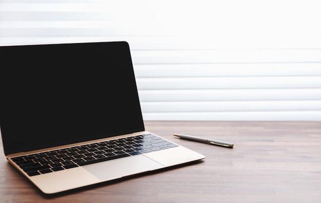 ノートパソコンとペンとオフィスのテーブル