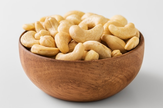 木製ボウルのカシューナッツ